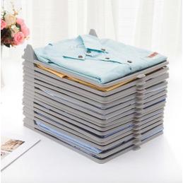 Este organizador é perfeito para manter as suas roupas dobradas e organizadas no armário ou na mala de viagem. Uma solução muito versátil.