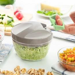 Uma original e prática picadora, muito fácil de utilizar, que permite picar os alimentos através de um mecanismo simples com fio.
