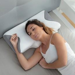 Uma almofada cervical viscoelástica com contornos ergonómicos para um ótimo apoio da cabeça, pescoço e mãos que ajuda a dormir na postura mais correta.