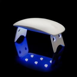 Um prático mini secador de unhas para secar as unhas com rapidez e comodidade, garantindo um acabamento perfeito e profissional.